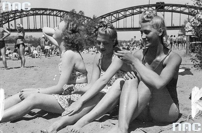 Polskojęzyczne gazety wydawane przez Niemców pokazywały sielankowy obraz Polski okupowanej przez III Rzeszę. Na zdjęciu: plaża nad Wisłą przy moście średnicowym, lipiec 1941 r.