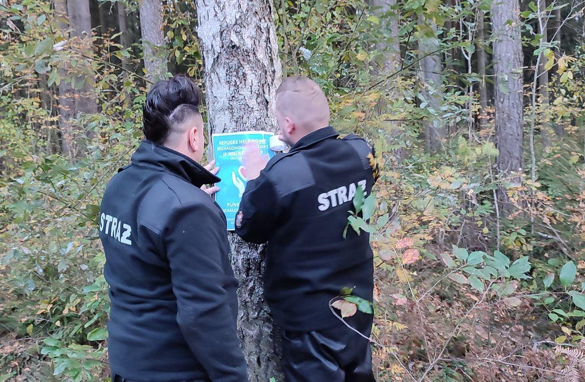 Kryzys na granicy z Białorusią. Strażacy z Michałowa umieszczają plakaty z informacją o punkcie pomocy dla migrantów. Uratowano już pierwsze osoby