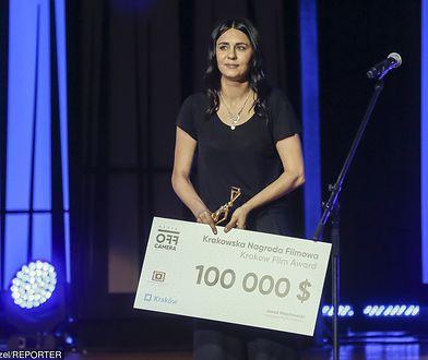 Szelc odbiera nagrodę na Off Camerze.