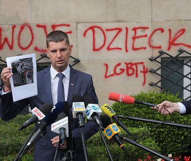 Napisy na gmachu MEN. Dariusz Piontkowski: to barbarzyńcy i idioci