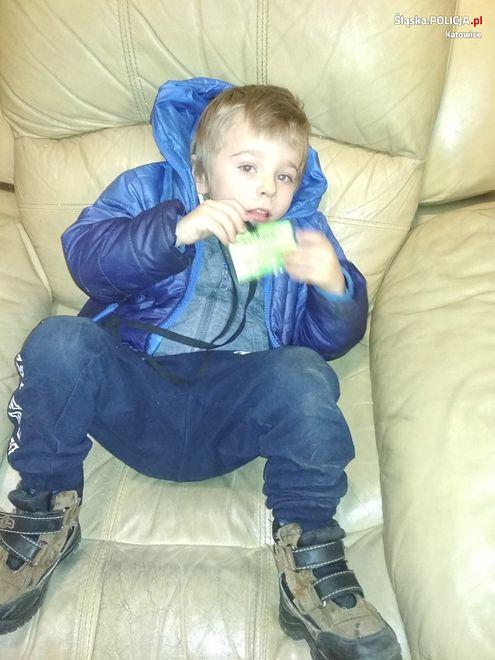 Katowice: Znaleziono chłopca na klatce schodowej. Policja szuka jego rodziców