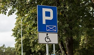 """Mimo wysokich kar nie brakuje nielegalnie parkujących na """"kopertach"""""""