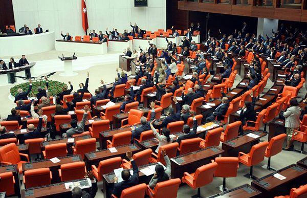 Bijatyka w tureckim parlamencie na posiedzeniu komisji sprawiedliwości
