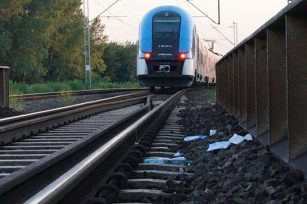 Pociąg potrącił dwoje dzieci. Dziewczynki spacerowały z ojcem wzdłuż torów