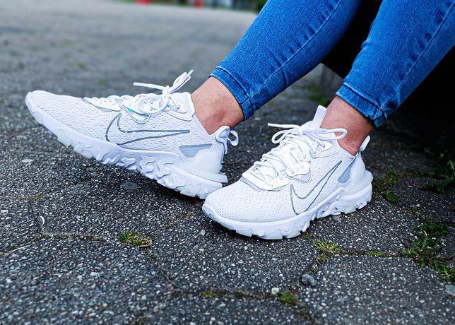 Sneakersy w bieli nosi się do wszystkiego