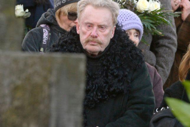 """Daniel Olbrychski zrobił sobie zdjęcie nad grobem żony. """"To nie miejsce na lans"""""""