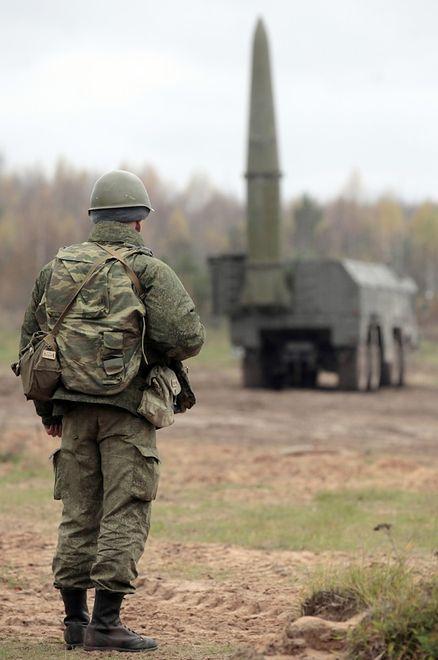 Rosyjscy żołnierze i wyrzutnie rakietowe Iskander - takim scenariuszem tuż przy polskiej granicy straszą białoruscy analitycy wojskowi