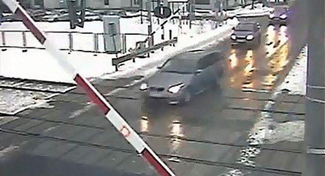 Przejechał pod przejazdem (wideo)