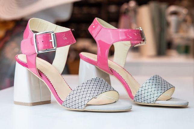 Czy posiadaczki nietypowych stóp są skazane latem na zakryte buty?
