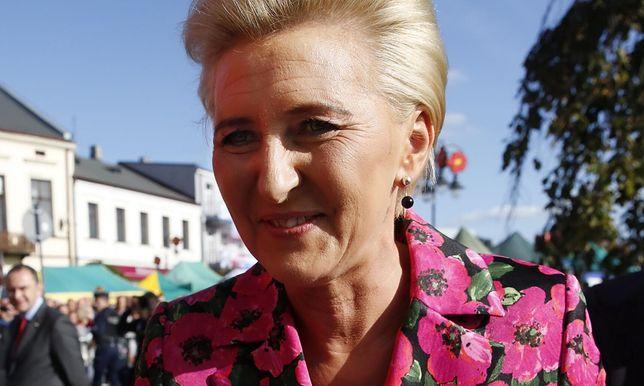 Agata Kornhauser-Duda składa życzenia pielęgniarkom i położnym. Wybrała kwiecistą sukienkę na wiosnę