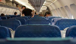 Pasażer samolotu przyklejony do siedzenia taśmą klejącą. Na lotnisku czekała policja