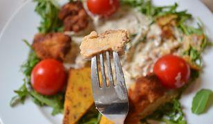 """Bycze jądra w sosie śmietanowo-truflowym podane z polentą w lubelskiej restauracji """"Arte del Gusto""""."""