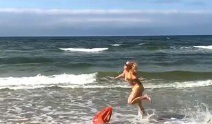 """""""Jaki kraj, taka Pamela Anderson"""". Katarzyna Bujakiewicz pokazała nagranie z plaży"""