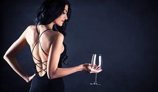 Biustonosz samonośny świetnie sprawdzi się pod sukienką z odkrytymi plecami