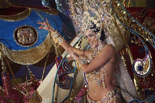 Skąpe stroje kandydatek do tytułu królowej - zdjęcia