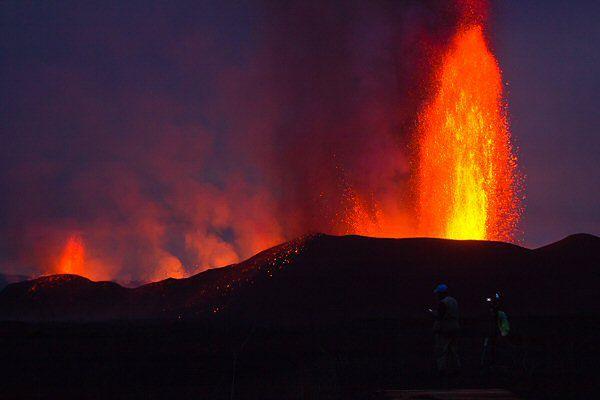 Rozpalona lawa tryska na 400 metrów  - niesamowity widok