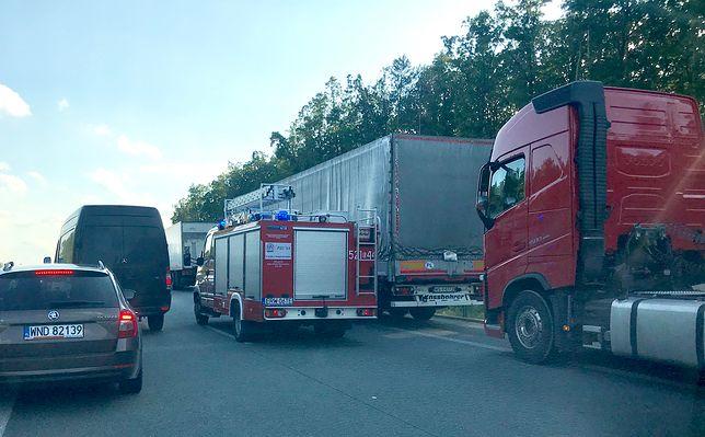 Trasa S8 pod Rawą Mazowiecką zablokowana. Na drodze leży ciężarówka