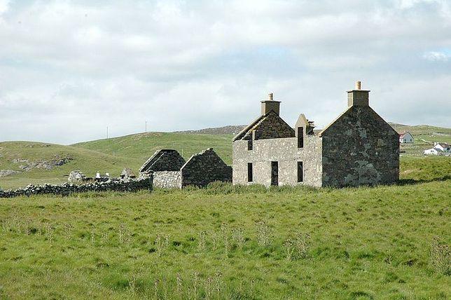 Na wyspie znajdują się dwa zabytkowe budynki, które nowy właściciel będzie mógł zagospodarować (fot. Neil Risk)