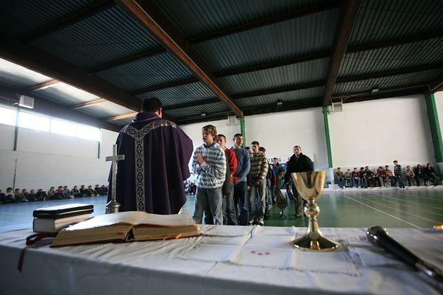 Franciszkanin namawiał nastolatki, żeby rodziły dzieci. Raport mówi jasno: świeckości w szkołach nie ma