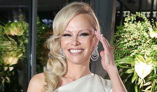 """Pamela Anderson na okładce czeskiego """"Vogue'a"""". Zdjęcia robią wrażenie"""