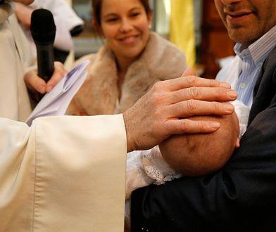 Polacy coraz rzadziej chrzczą dzieci. Jakie mają powody?