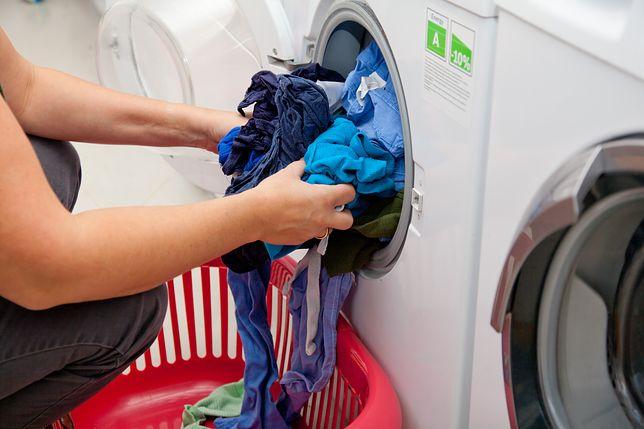 Koronawirus a pranie. Profesor wyjaśnia, jak pozbyć się zagrożenia