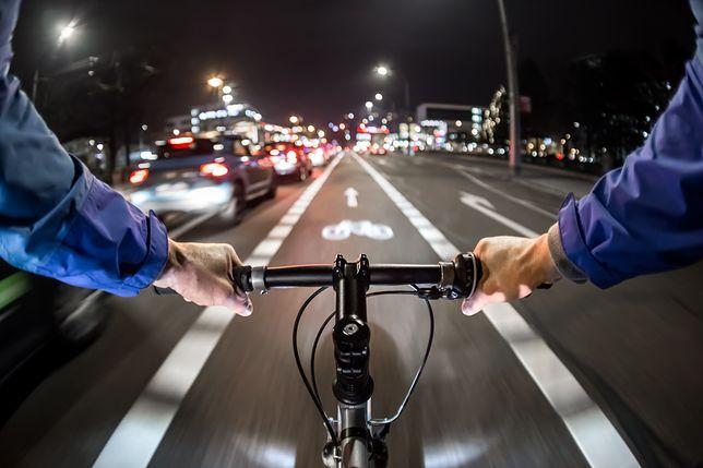 Warszawa. Rowerzyści nie będą już czekać na światłach. Staną tablice informujące, kiedy zapali się zielone.