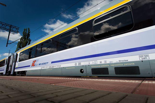 """Paraliż na kolei. Pociąg PKP Intercity """"Ustronie"""" utknął w polu. Gigantyczne opóźnienie"""