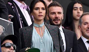 Beckhamowie pozują do rodzinnego zdjęcia. Uwagę zwracają stopy Davida