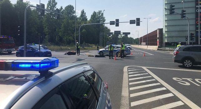 Katowice. Kierowca skutera wjechał na skrzyżowanie na czerwonym świetle i zderzył się z samochodem osobowym.