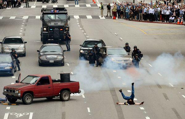 Policja idzie na wojnę - fatalna akcja wywołała debatę o militaryzacji policji