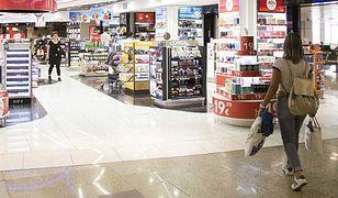 Wiele osób robi zakupy w sklepach bezcłowych