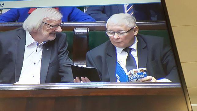 Jarosław Kaczyński czytał w Sejmie atlas kotów.