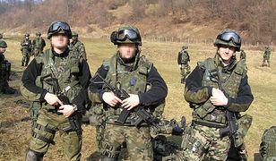 Autor, pierwszy od prawej, podczas szkolenia strzeleckiego w trakcie misji w Bośni i Hercegowinie