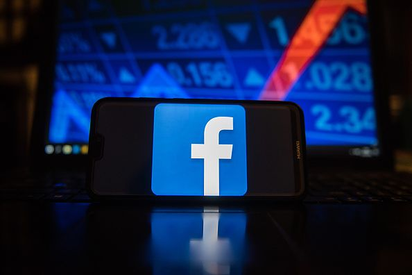 Logo Facebooka na telefonie.