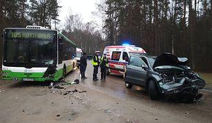 Kierowca hondy zderzył się czołowo z autobusem MPK