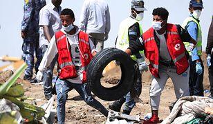 Pracownicy służb ratunkowych na miejscu katastrofy samolotu w Etiopii