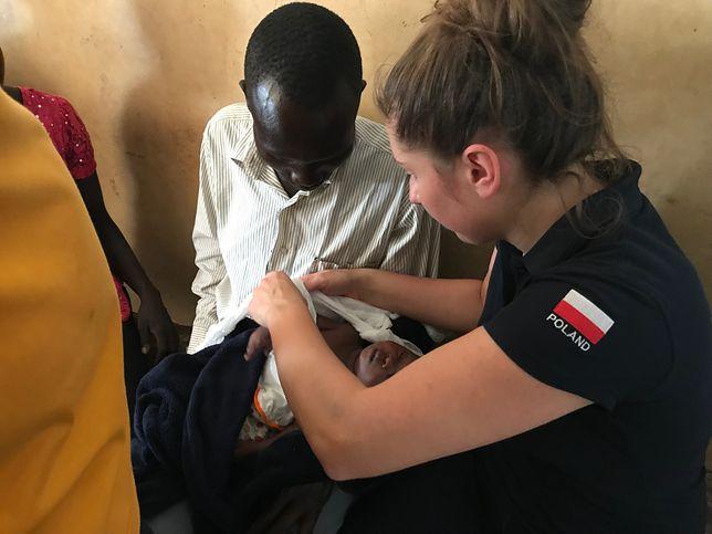Lekarka z zespołu ratunkowego PCPM w Afryce