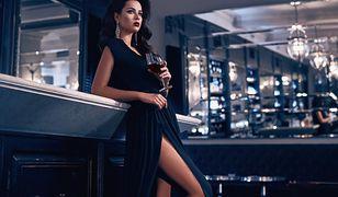 Sukienka asymetryczna z dużym rozcięciem na boku to świetne rozwiązanie na wieczór