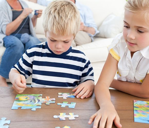 Do uniwersalnych zabawek odpowiednich dla dwulatków i trzylatków należą m.in. klocki, puzzle i chodziki
