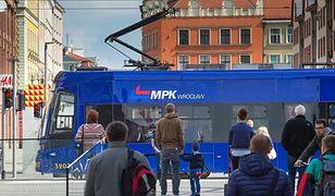 Koronawirus. Policja regularnie w autobusach i tramwajach MPK Wrocław. Lepiej mieć maseczkę