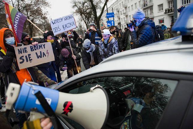 Policjant złamał rękę uczestniczce Strajku Kobiet