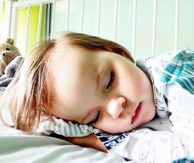Lenka ma 2 lata. Jej rodzice zbierają pieniądze na ciężką operację guza mózgu