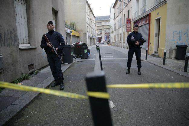 Policyjne oddziały prewencji na ulicach Paryża po zamachu