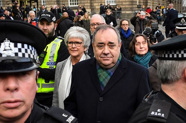 Alex Salmond w asyście policji zmierza do Sądu Najwyższego w Edynburgu