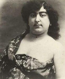 Zmienne kanony kobiecego piękna. Perska księżniczka, czarne zęby i wydłużane szyje