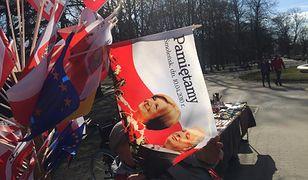 """Sprzedaje flagi z wizerunkiem Kaczyńskich. """"Nieraz słyszałem wyzwiska"""""""