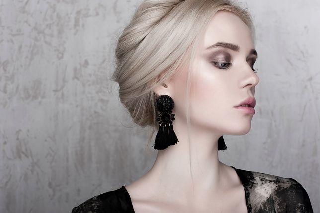 Platynowy blond to chłodny kolor, który pasuje do jasnych odcieni skóry.