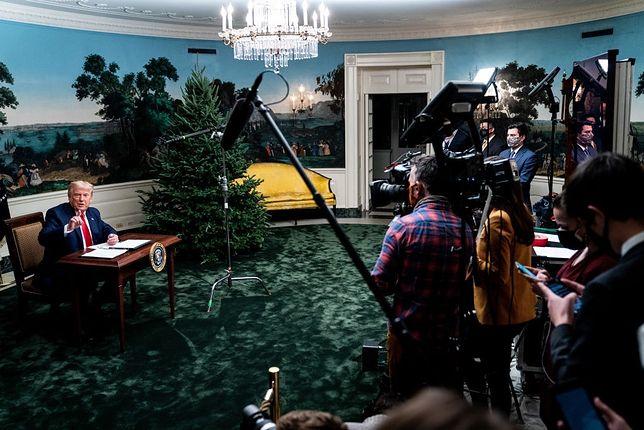 Donald Trump przy malutkim biurku
