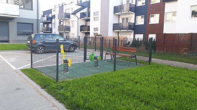 Plac zabaw dla dwójki dzieci. Kuriozum na wrocławskim osiedlu